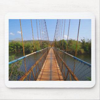 Puente de colgante sobre el río de Gangavali Alfombrillas De Ratones