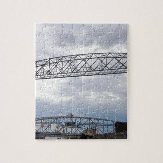 Puente de elevación aéreo del parque del canal puzzle