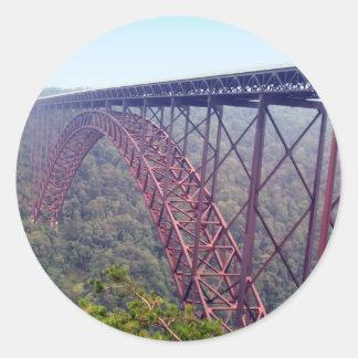 Puente de garganta de nuevo río pegatina redonda