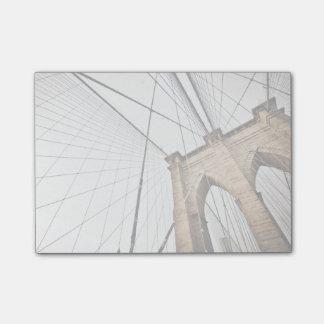Puente de la ayuda de cables con los arcos nota post-it®