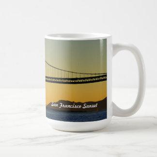 Puente de la bahía de la puesta del sol de San Fra Tazas