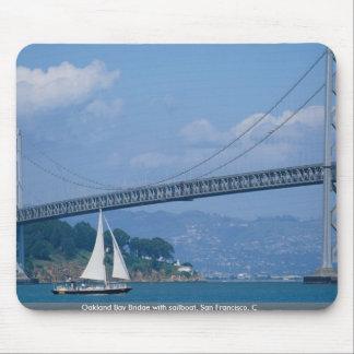 Puente de la bahía de Oakland con el velero, San F Alfombrillas De Ratones