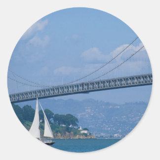 Puente de la bahía de Oakland con el velero, San Pegatina Redonda