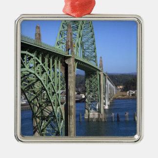 Puente de la bahía de Yaquina que atraviesa la Adorno Navideño Cuadrado De Metal