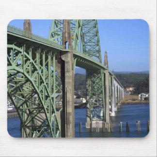 Puente de la bahía de Yaquina que atraviesa la bah Alfombrillas De Ratones