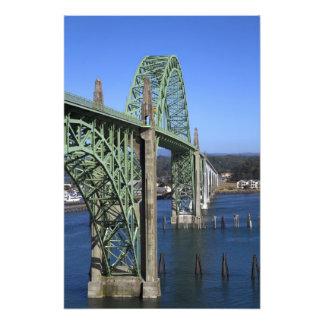 Puente de la bahía de Yaquina que atraviesa la bah Fotografía