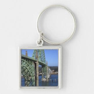 Puente de la bahía de Yaquina que atraviesa la bah Llavero Cuadrado Plateado