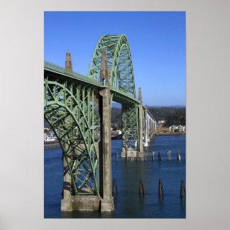 Puente de la bahía de Yaquina que atraviesa la bah Póster