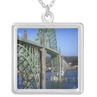 Puente de la bahía de Yaquina que atraviesa la Colgante Cuadrado