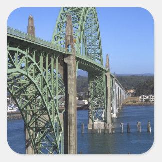Puente de la bahía de Yaquina que atraviesa la Pegatina Cuadrada