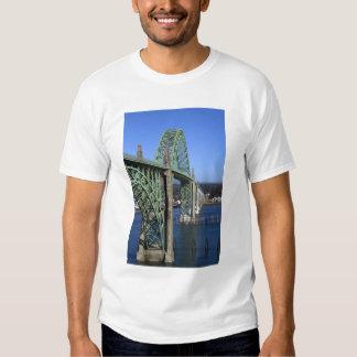 Puente de la bahía de Yaquina que atraviesa la Polera