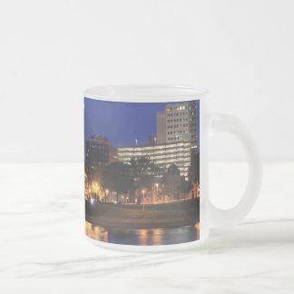 Puente de la calle de la nuez del estado de taza de café esmerilada