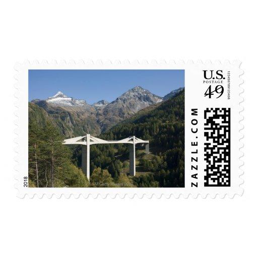 Puente de la carretera en las montañas sello postal