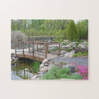 Puente de la mariposa en rompecabezas del jardín