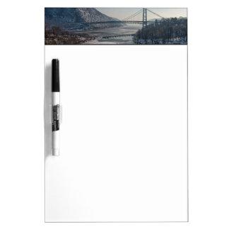 Puente de la montaña del oso pizarra blanca
