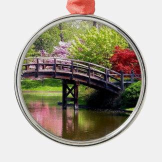 Puente de la primavera adorno navideño redondo de metal