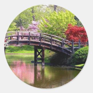 Puente de la primavera pegatina redonda