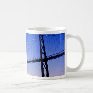 Puente de la puerta de los leones, en la oscuridad taza de café