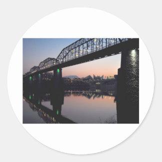 Puente de la puesta del sol etiqueta redonda
