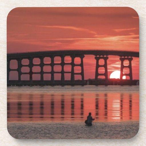 Puente de la puesta del sol posavasos de bebidas