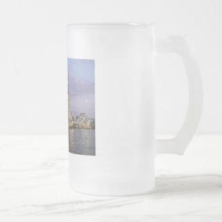 Puente de la torre de la taza del vidrio