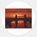 Puente de la torre de Londres en la alba Etiquetas Redondas