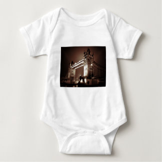 Puente de la torre de Londres en la noche Body Para Bebé