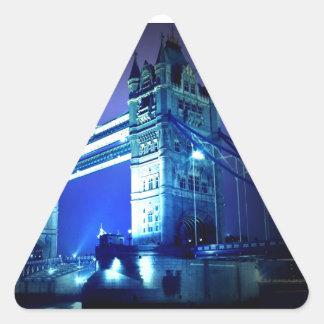 Puente de la torre de Londres y noche azul Pegatina Triangular