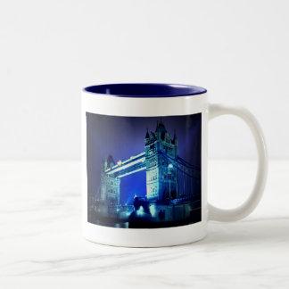 Puente de la torre de Londres y noche azul Taza De Dos Tonos
