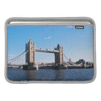 Puente de la torre en el río Támesis Fundas MacBook