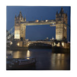 Puente de la torre en la noche azulejos ceramicos