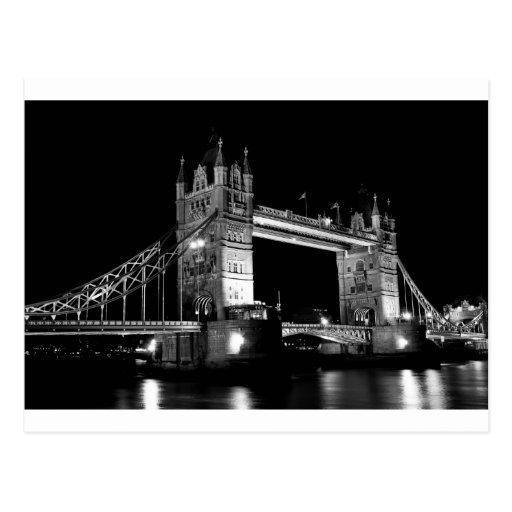 Puente de la torre en la noche, blanco y negro tarjeta postal