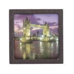 Puente de la torre en la noche caja de recuerdo de calidad