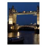 Puente de la torre en la noche postal