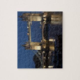 Puente de la torre en la noche puzzle