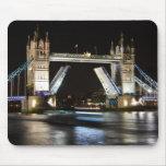 Puente de la torre en la noche tapete de ratón