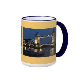 Puente de la torre en la noche tazas de café