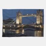 Puente de la torre en la noche toallas de mano