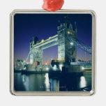 Puente de la torre en la oscuridad adorno navideño cuadrado de metal
