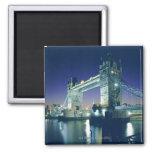 Puente de la torre en la oscuridad iman de nevera