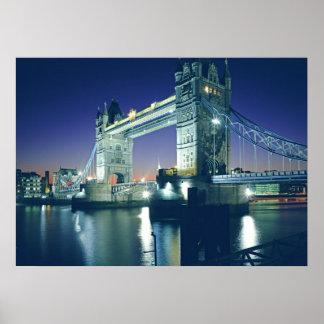 Puente de la torre en la oscuridad póster