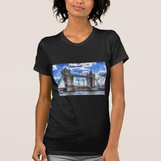 Puente de la torre y paso de arte de la nave camiseta