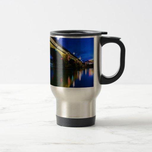 Puente de Londres en la oscuridad Tazas