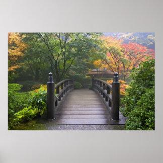 Puente de madera en poster japonés del jardín