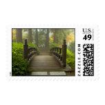 Puente de madera en sello japonés del jardín