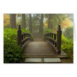 Puente de madera en tarjeta de felicitación japone