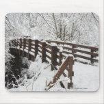Puente de madera nevado alfombrilla de ratones