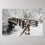 Puente de madera nevado póster