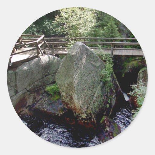Puente de madera sobre el agua en el bosque con BI Pegatina Redonda