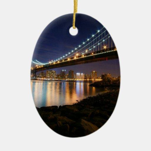 Puente de Manhattan en la noche Ornamentos De Navidad